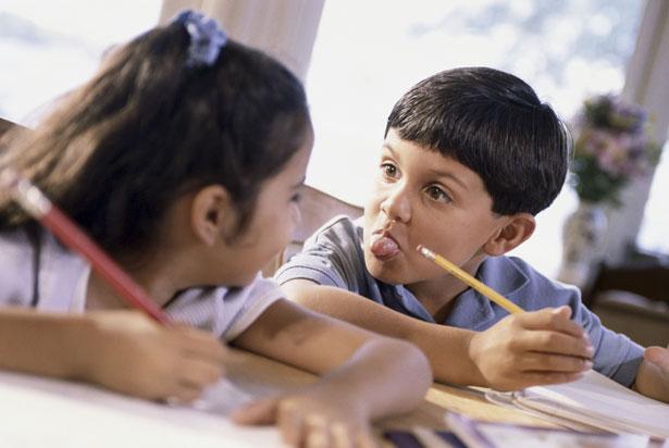 Kinder mit ADHS ecken in der Schule immer wieder an – zum Beispiel, weil sie ständig ermahnt werden müssen oder dauernd stören.