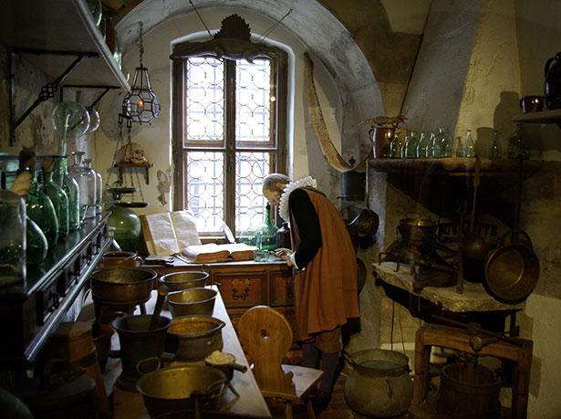Blick in ein Alchemistenlabor des 15. Jahrhunderts