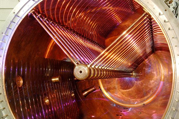 Blick in den Vorbeschleuniger UNILAC am GSI, hier werden Schwerionen auf 20 Prozent der Lichtgeschwindigekit gebracht.