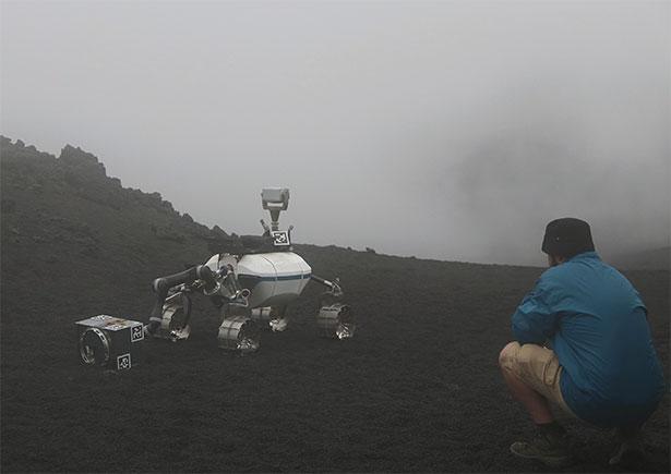 Plötzlich aufziehende Wolken auf dem Ätna hüllen Rover und Ingenieure in eine dicke Nebelwand.