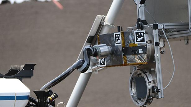 Geschafft: Rover LRU-2 hat die Sensorbox angedockt und kann sie nun an ihren Standort bringen.