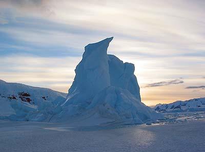 Ein Eisberg, gefangen im Meereis vor dem Viktorialand der Antarktis