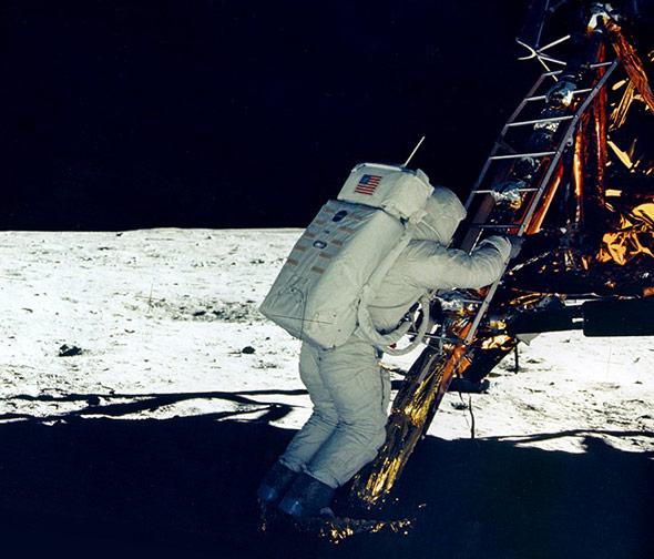 Buzz Aldrin steigt aus der Landefähre auf die Mondoberfläche hinunter