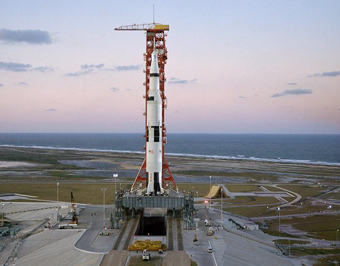 """<span class=""""img-caption"""">Die Saturn-V-Rakete vor dem Start: Vor Apollo 8 ist sie noch nie mit Menschen an Bord getestet worden.</span> <span class=""""img-copyright"""">© NASA</span>"""