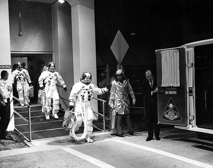 """<span class=""""img-caption""""> Vor dem Einstieg: Die drei Apollo-8-Astronauten am Morgen des Starts.</span> <span class=""""img-copyright"""">© NASA</span>"""