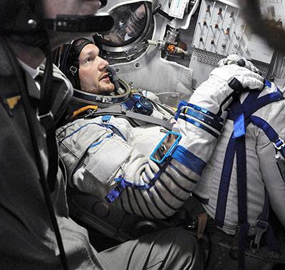Alexander Gerst trainiert im Raumanzug den Umgang mit der Sojus-Kapsel