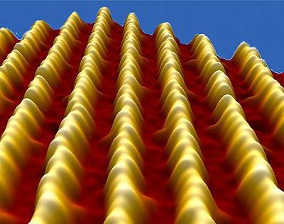 """Nanodrähte: Jeder """"Hügel"""" in den Reihen entspricht einem einzelnen Goldatom."""