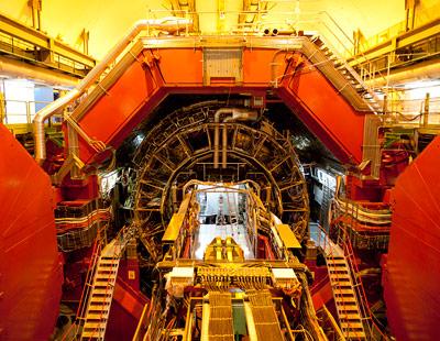 Blick in das geöffnete Herz des ALICE-Detektors - die Leiter zeigt: hier wird gearbeitet.