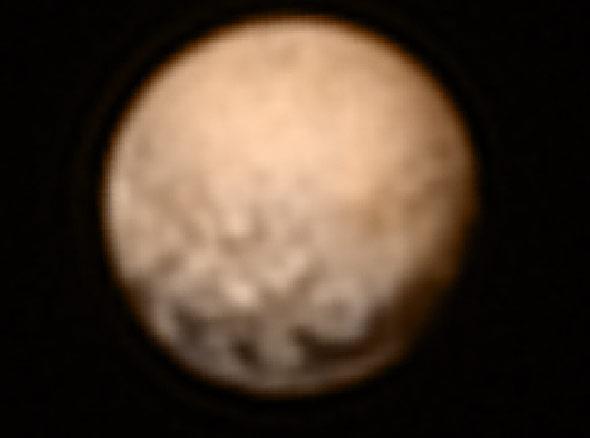 Diese Aufnahme vom 3. Juli zeigt deutlich die dunkle Fleckenreihe am Pluto-Äquator.