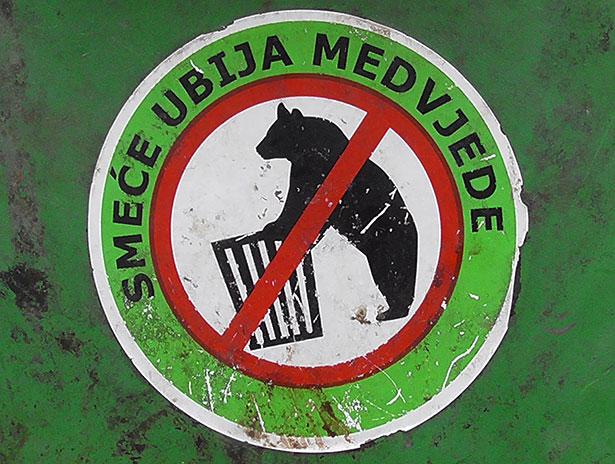 Abfälle töten Bären! Warnschild an den Plitvicer Seen in Kroatien.