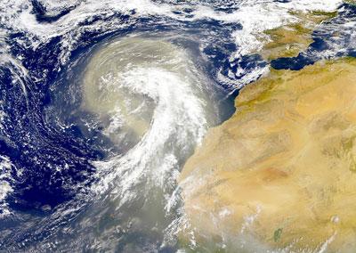 Vom Wind aus der Sahara über den Atlantik hinausgewehter Staubwirbel