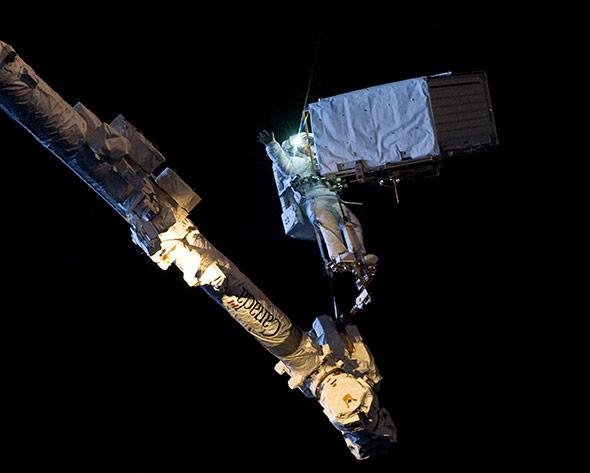 Improvisieren und begeistern kann im Weltraum nur der Mensch - hier ESA-Astronaut Gerst beim Außeneinsatz im Orbit