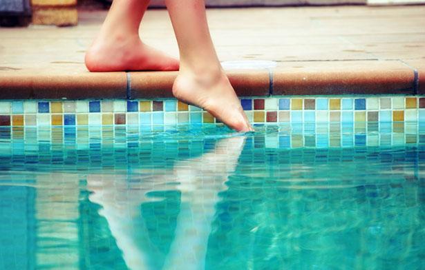 Ein Fuß auf dem Trockenen, den anderen im Wasser: Der Tastsinn hilft uns, unseren Körper im Raum zu verorten.
