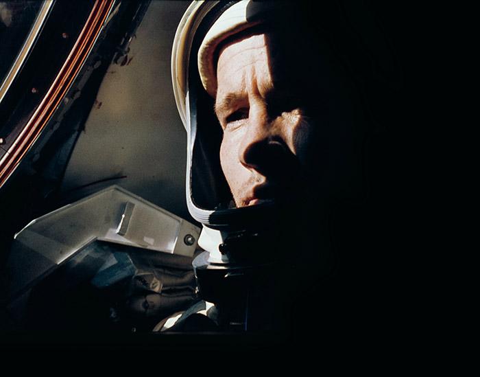 """<span class=""""img-caption""""> Der NASA-Astronaut Ed White, fotografiert von Gemini 4-Kommandant Jim McDivitt. Während der ersten 66 Umläufe schlug der Versuch fehl, sich der ausgebrannten Oberstufe der Titan-Trägerrakete zu nähern. Auf den Rat von McDivitt hin wartete White einen weiteren Umlauf ab, um sich von den Anstrengungen des erfolglosen Rendezvous-Manövers zu erholen. Dann stieg er für seinen historischen Außenbordeinsatz aus dem Gemini-Raumschiff aus.</span> <span class=""""img-copyright"""">© NASA </span>"""
