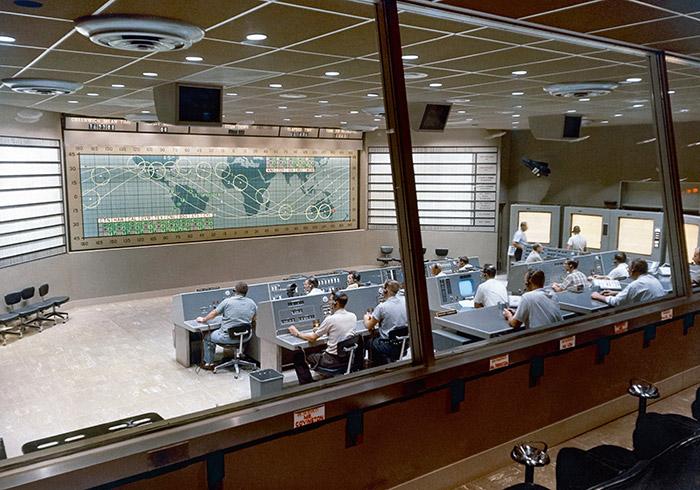 """<span class=""""img-caption"""">Das Mercury-Kontrollzentrum am Cape Canaveral überwachte von Mai 1961 bis zum Beginn der Gemini-Ära im März 1965 sieben bemannte Raumflüge. Inzwischen nahm in Erwartung der Apollo-Missionen der modernere Flugleitkomplex in Houston Gestalt an.</span> <span class=""""img-copyright"""">© NASA </span>"""