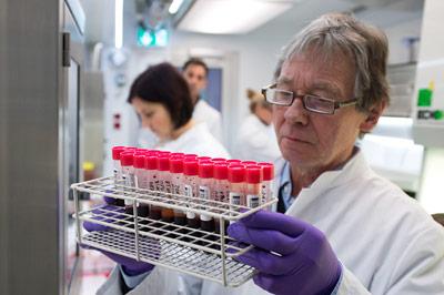 IBMT-Forscher Franz-Josef Lohmann mit Blutproben - neuem Material für die Umweltprobenbank des Bundes