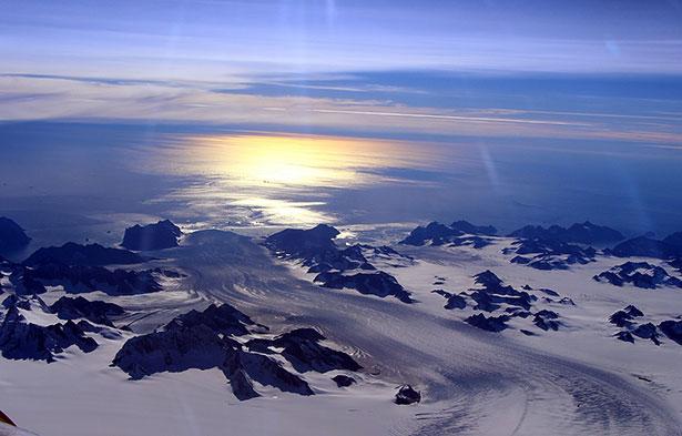 Unter dem Nordpolarmeer lagern Unmegen an Erdöl und Erdgas, auf dem arktischen Festland gibt es Minerale - die Arktis weckt Begehrlichkeiten.