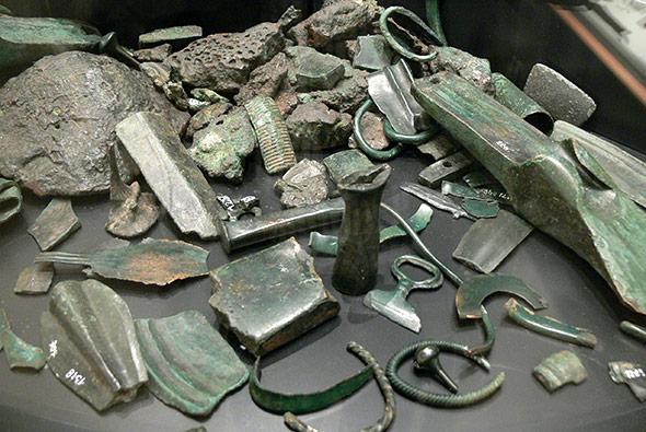 Bronzeobjekte aus einem Depotfund zeigen die Kunstfertigkeit der Metallverarbeitung