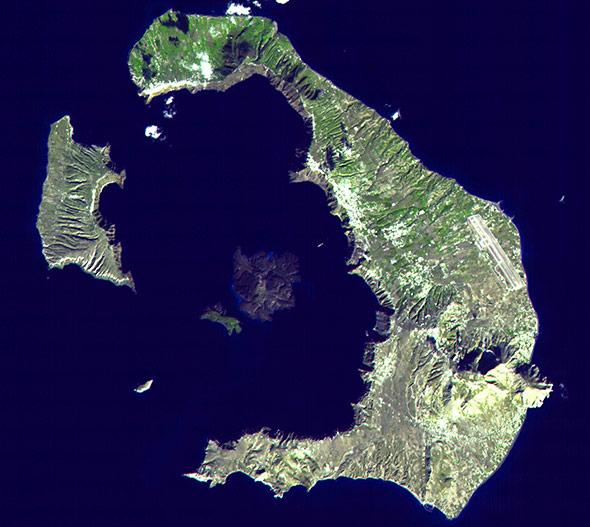 Die Überreste der Insel Santorin aus dem Orbit: Ihre Form lässt den Krater des Vulkans erahnen.