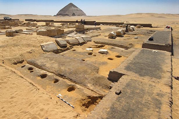 Ruinen der Totenstadt Dahschur. Im Vordergrund die Reste des neu entdeckten Gartens, hinten die Knickpyramide des Pharaos Snofru.