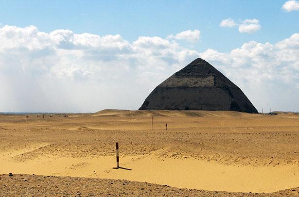Blick auf die Knickpyramide von Dahschur – sie war eines der größte Bauwerke ihrer Zeit.