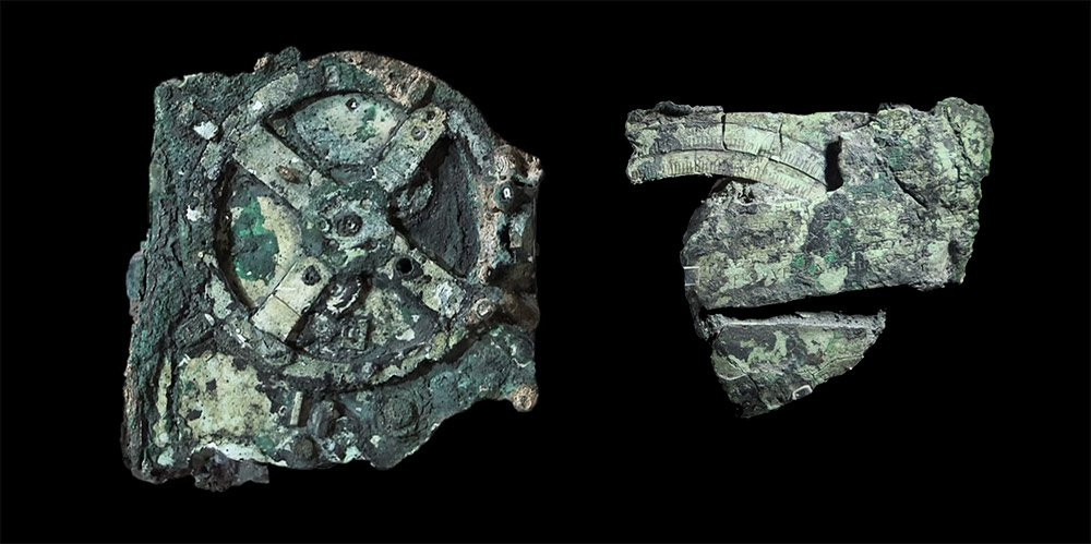 Der berühmte Mechanimus von Antikythera gibt bis heute Rätsel auf – hier zwei seiner Teilstücke. © Juanxi, nachbearbeitet