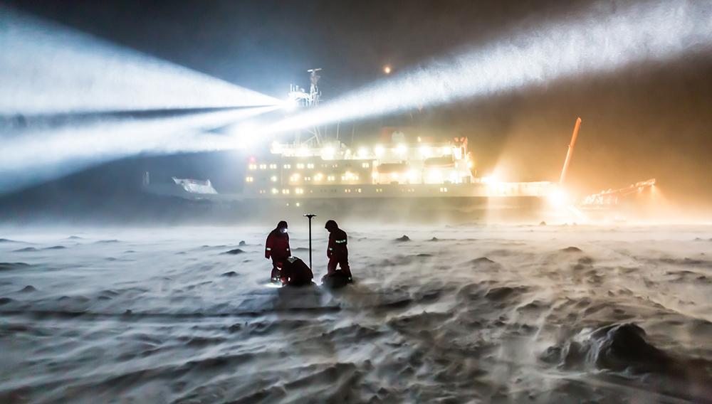 """Eingefroren im Eis werden die """"Polarstern"""" und ihre Besatzung ein Jahr lang durch die zentrale Arktis driften und dabei Daten aus diesem weißen Fleck der Forschungslandkarte sammeln. ©  Stefan Hendricks/ AWI"""