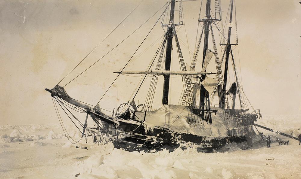 """<span class=""""img-caption""""> Die im Eis eingeschlossene Fram im Jahr 1895.</span> <span class=""""img-copyright"""">© Norwegische Nationalbibliothek</span>"""