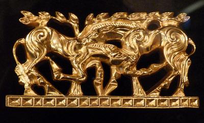 Goldene Tierfiguren, hier zwei kämpfende Pferde, sind typisch für die Kunst der Skythen.