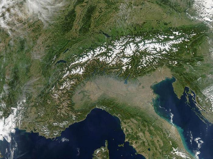 "<span class=""img-caption""> Wie eine gewaltige Barriere: Die Alpen aus dem Orbit gesehen.</span> <span class=""img-copyright"">© NASA/GSFC, MODIS/ Jacques Descloitres</span>"