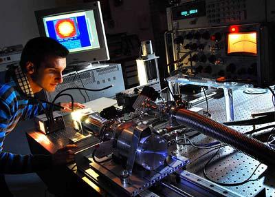 Die Terahertz-Strahlung wird mithilfe eines Quanten-Kaskaden-Lasers erzeugt.