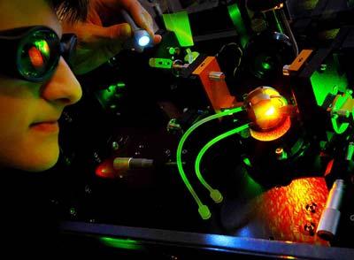 Ein Laser dient als Strahlenquelle