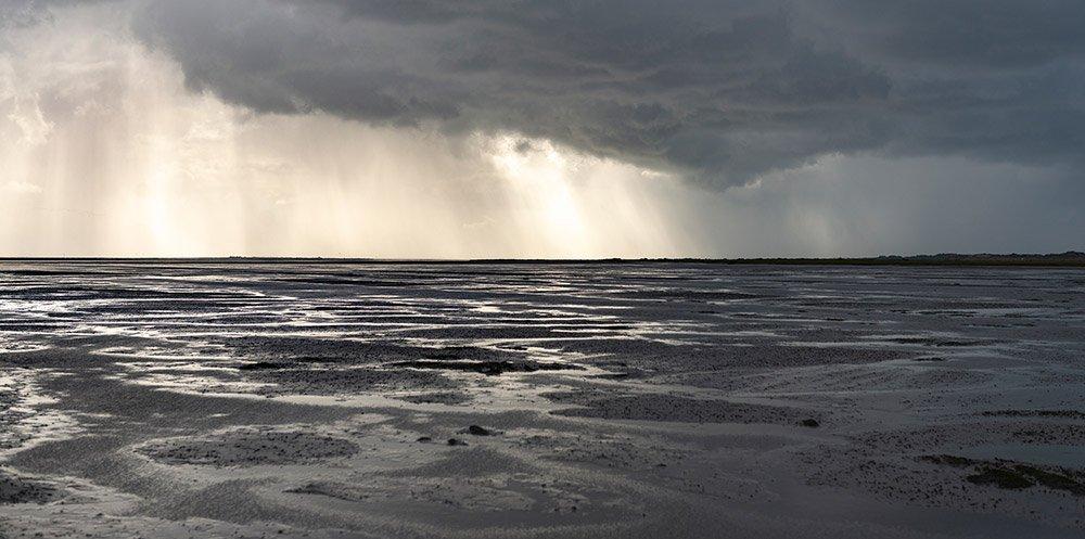 Unter dem Schlamm und Sediment des Wattenmeeres lag einst ein fruchtbares, von unseren Vorfahren besiedeltes Land – Doggerland. © rotofrank/ iStock