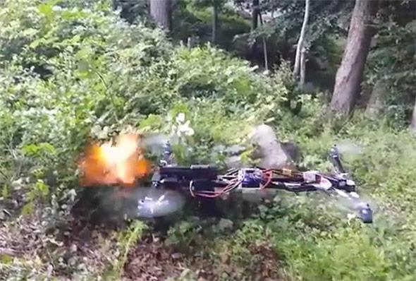 Die selbstgebastelte Waffendrohne beim Feuern.
