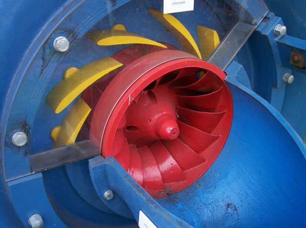 Francis-Turbine: ihre Schaufeln sind verstellbar.