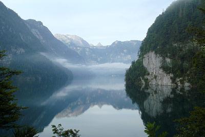 Der Königssee in Bayern liegt in einem von Gletschern ausgekerbten Trogtal.