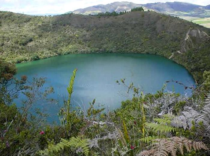 "<span class=""img-caption""> Mehrfach hat man versucht, die Laguna de Guatavita trockenzulegen – doch Schätze fanden sich kaum.</span> <span class=""img-copyright"">© Jononmac46 / <a href=""https://creativecommons.org/licenses/by-sa/3.0/deed.en"">CC-by-sa 3.0</a></span>"