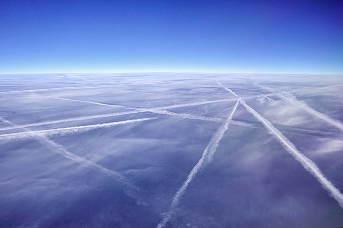 """<span class=""""img-caption"""">Kondenstreifen von Flugzeugen.</span> <span class=""""img-copyright"""">© pvhaas/ iStock</span>"""
