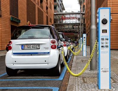 Nur in einigen Großstädten, wie hier in Berlin, sind ladende E-Autos bereits Alltag.