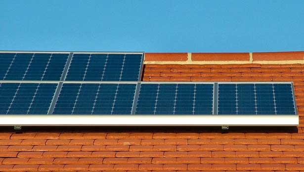 Solarzellen auf vielen Dächern leisten schon jetzt einen wichtigen Beitrag zur deutschen Stromversorgung.