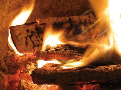 Richtiges Befeuern des Holzofens senkt die Feinstaub-Emissionen