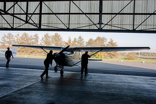Die rund eine Tonne schwere Cessna 172 muss von Hand aus dem Hangar geschoben werden.