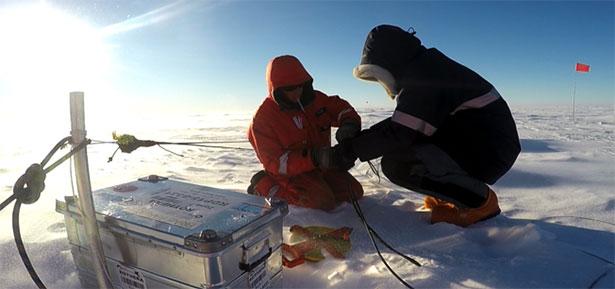 Mit Sensoren im und unter dem Eis ermitteln Forscher die Bedrohung für das antarktische Filchner-Schelfeis.