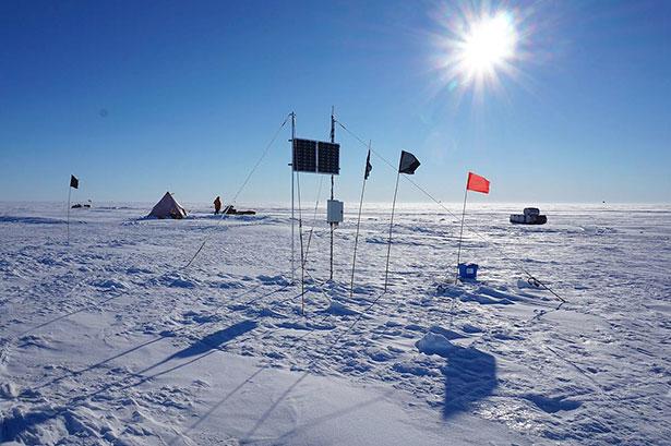 Verankerung im Schelfeis: Flaggen und ein Solarpanel makieren die Bohrstelle