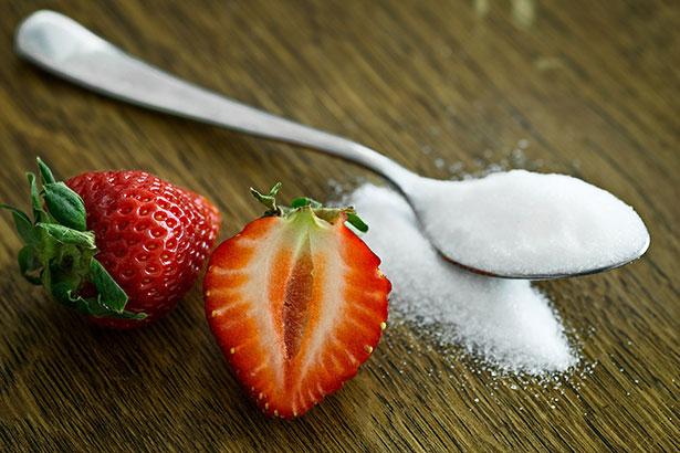 Fruchtzucker gilt als gesunde Süße, aber die Fructose wird inzwischen auch vielen Lebensmitteln und Getränken  zugesetzt – und das hat Folgen.