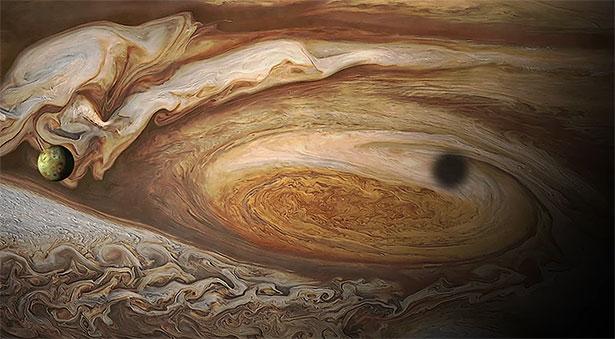 Noch immer rätselhaft: Nahansicht des Jupiter mit dem Jupitermond Io im Vordergrund.