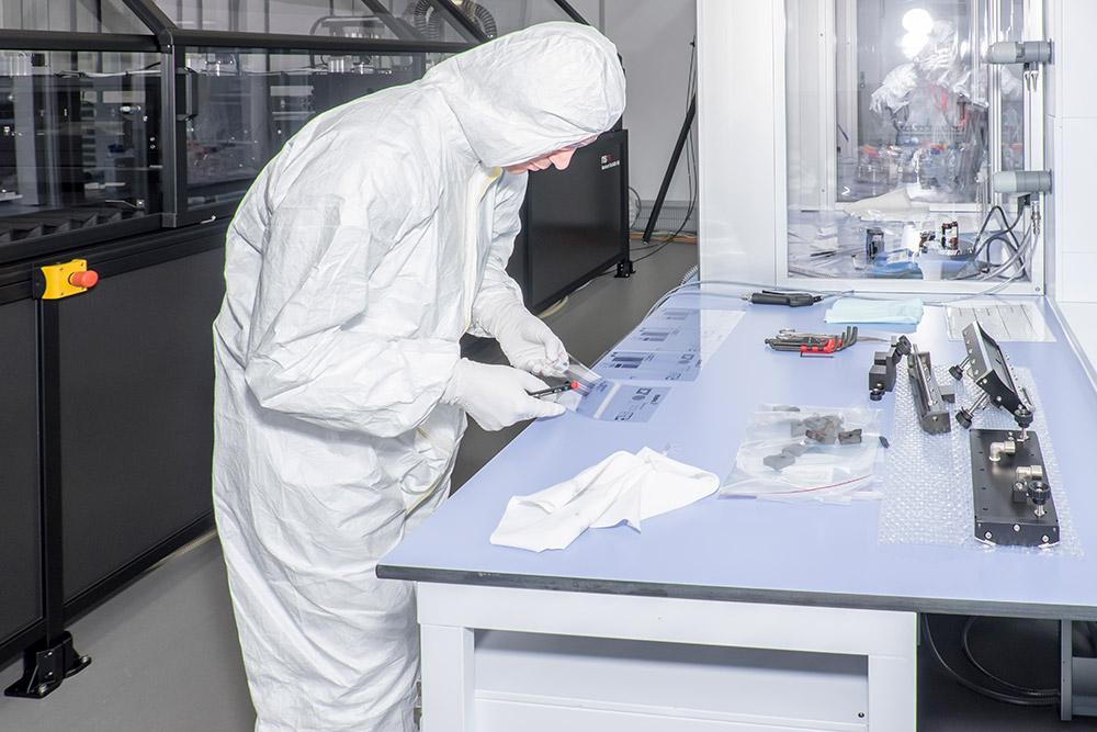 """Das Testen der neuen Drucktechniken findet im Reinraum statt. <span class=""""img-copyright"""">© Empa</span>"""