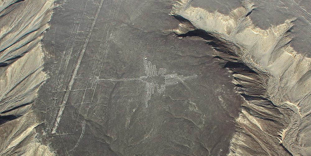 Geoglyphen, wie hier der Nazca-Kolibri in Peru, geben Archäologen bis heute Rätsel auf. © MWayOut/ Getty images