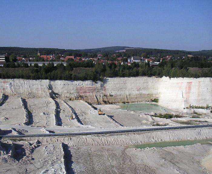 "<span class=""img-caption""> Kaolinabbau in Hirschau in der Oberpfalz.</span> <span class=""img-copyright"">© Oxensepp/<a href="" https://creativecommons.org/licenses/by-sa/2.0/de/deed.de"">CC-by-sa 2.0 de</a></span>"