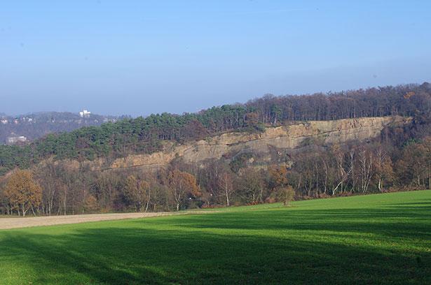 Auch das ist das Ruhrgebiet: grüne Landschaft und schroffe Klippen